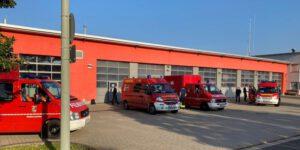 Feuerwehrautos vorm Gerätehaus Göllheim